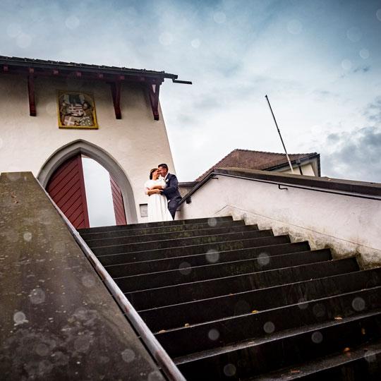 Hochzeitsfotografie | Brautpaar oben an Treppe
