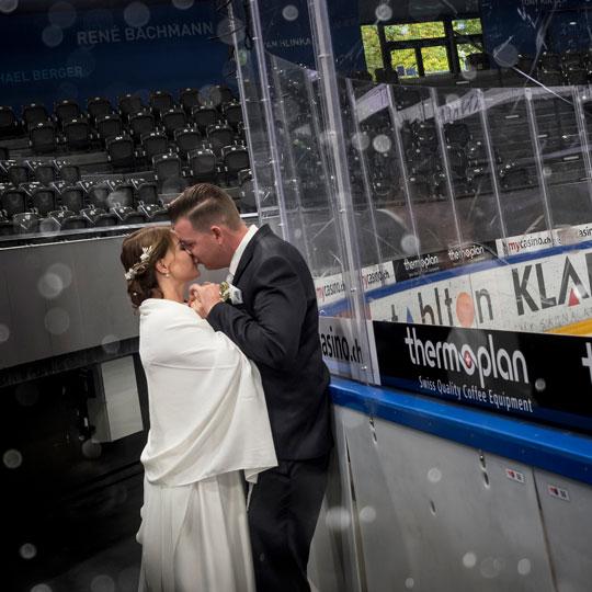 Hochzeitsfotografie | bBrautpaar in Einshockey-Arena