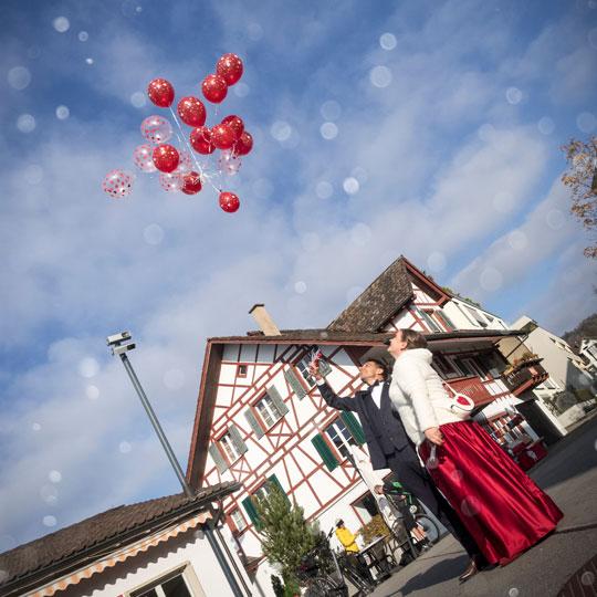 Hochzeitsfotografie | Brautpaar lässt Ballons fliegen