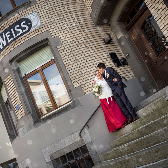 Hochzeitsfotografie | Brautpaar vor Druckerei Weiss
