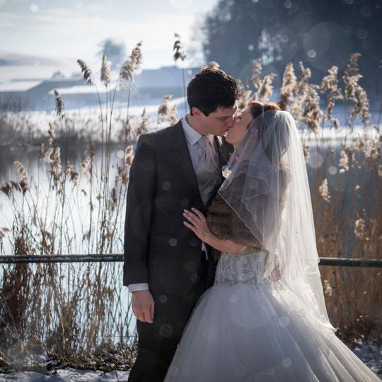 Hochzeitsfotografie-Kuss-am-Tuerlersee