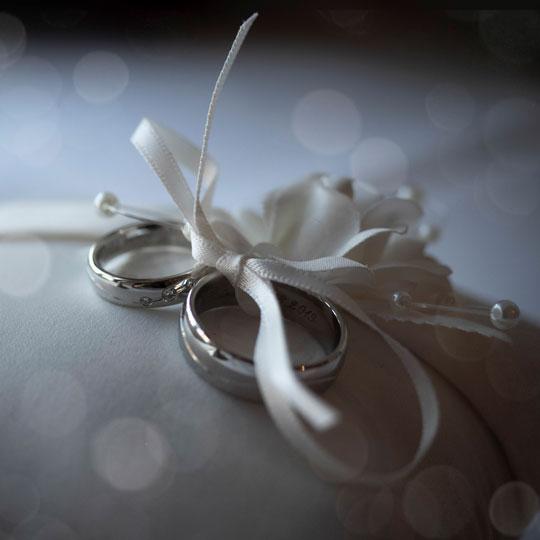 Hochzeitsfotografie_Ringe-auf-Kissen