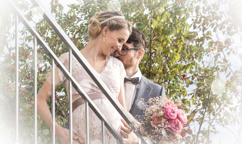 Hochzeitsfotografie, Brautpaar auf Weid-Treppe